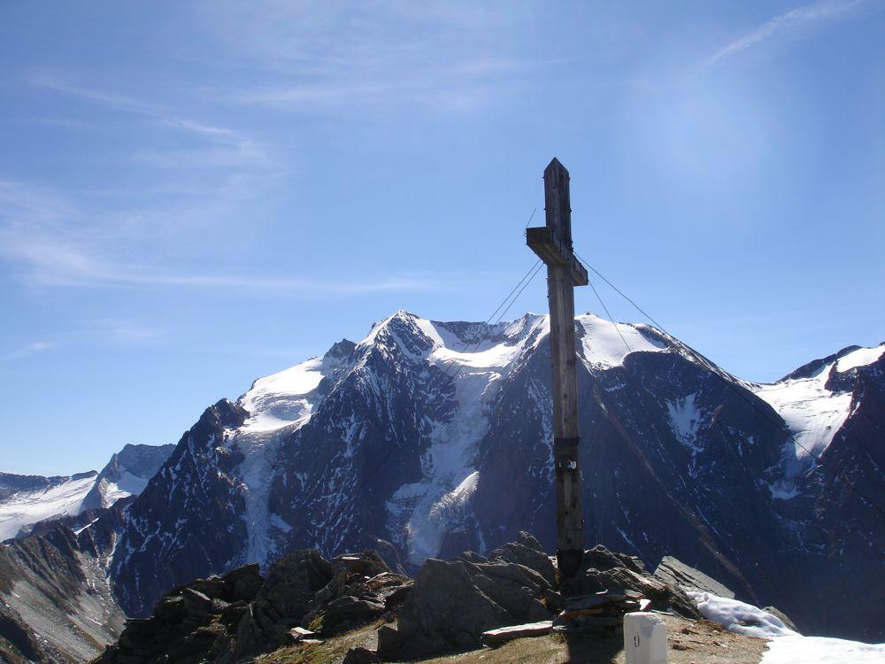 Das Kreuz auf der Rotbachlspitze mit der Griesferner-, Hochferner- und Weißfernernordwand im Hintergrund.