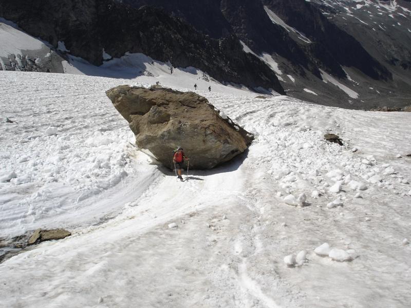 Dieser Fels ist erst kürzlich weggebrochen und weit hinuntergerutscht